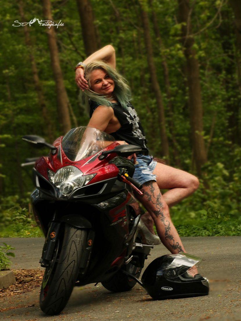 Ricarda auf Motorrad